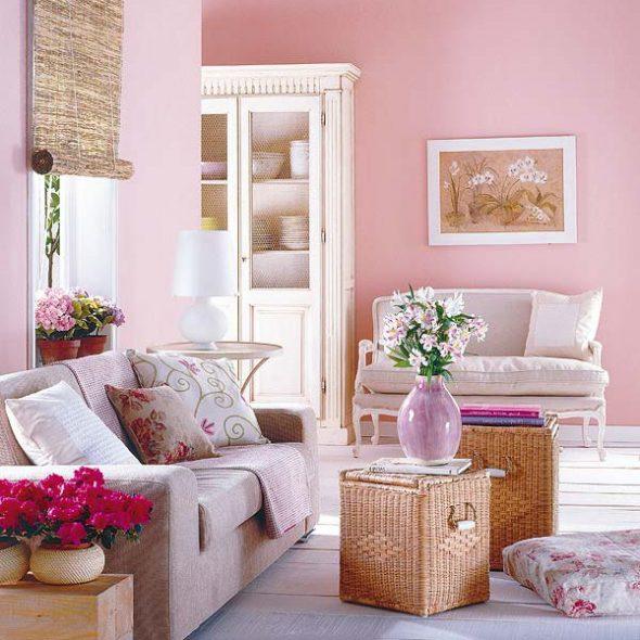 Светлый диван для уютной комнаты
