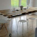 Обеденный стол из обычных поддонов