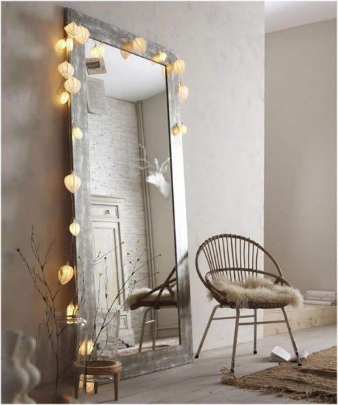 Декор зеркала крупными гирляндами
