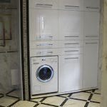 Огромный шкаф в нише со стиральной машиной