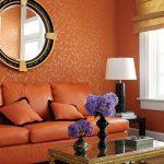 Оранжевый диван в монохромной схеме