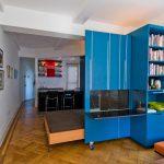 Передвижной синий шкаф с встроенной кроватью