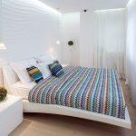 Разноцветный текстиль в интерьере белоснежной комнаты