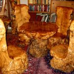 Резные стулья и стол из цельной древесины