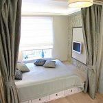 Самодельная кровать за ширмой