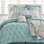 Серебристо-бирюзовый декор для бежевой кровати