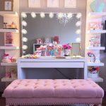 Шикарный женский уголок для наведения красоты с гримерным зеркалом