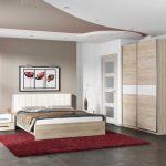 Шкаф-купе из дерева для небольшой спальни