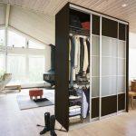 Шкаф-купе служит для зонирования комнаты на мансардном этаже