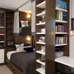 Шкаф-перегородка разделяет спальную и учебную зоны
