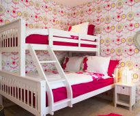 Симпатичная кровать в комнате юных девушек