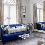 Синяя мягкая мебель замечательна в комбинации со светлыми серо-голубыми оттенками