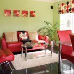 Сочетаем красную мягкую мебель с легким зеленым