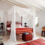 Спальня в энтическом стиле с яркими акцентами
