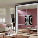 Стильная гостиная с белым зеркальным шкафом