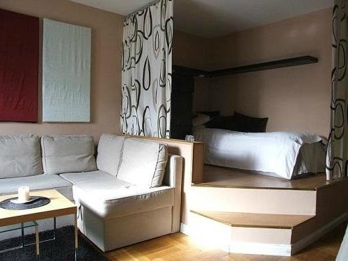 Стильная и удобная кровать на подиуме