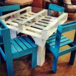 Стол и стулья для обеденной зоны