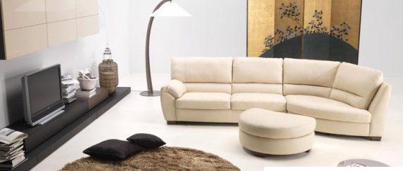 Светлый диван нейтрального цвета