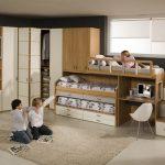 Угловой шкаф и выдвижные кровати для освобождения места для игр в детской