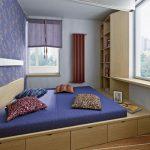 Встроенная кровать в небольшой комнате