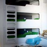Высокая белая кровать в три яруса