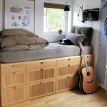 Высокая кровать для одного человека на подиуме