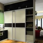 Высокий встроенный шкаф для разделения зон в маленькой квартире