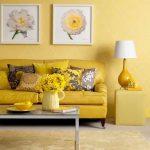 Яркий желтый диван на фоне стен песочного цвета