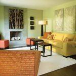 Зеленый фон для желтого дивана