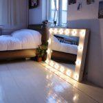 Зеркало с подсветкой возле кровати