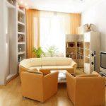 Желтая мягкая мебель и элементы текстиля