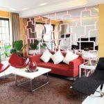Золотисто-желтая гостиная с красным диваном