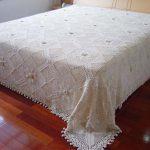 Ажурное белоснежное покрывало на кровать