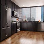 Большой холодильник встроен в кухонный шкаф