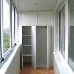 Двухсекционный встроенный шкаф из ДСП оснащён вместительными секциями