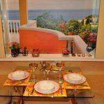 Иллюзия ужина на террасе с помощью оформления стены