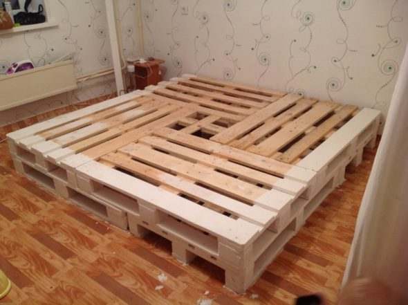 Каркас квадратной кровати