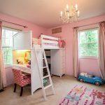 Кровать-чердак совмещена с письменным столом и мини-шкафом