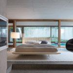 Кровать с эффектом «парения» в центре просторной спальни
