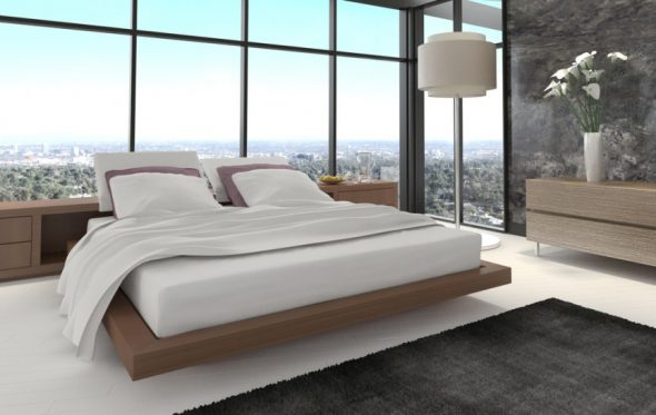 Кровать у большого панорамного окна