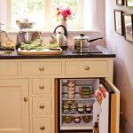 Мини-холодильник в маленькой кухне