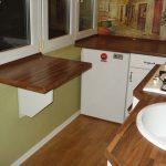 Миниатюрный стол на дачной кухне