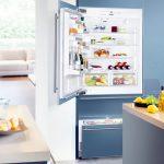 Небольшой встроенный холодильник на кухне
