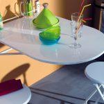 Оригинальный полукруглый стол белого цвета