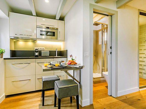 Откидной стол на очень маленькой кухне