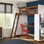 Письменный стол и стеллажи, организованные в «подчердачном» пространстве