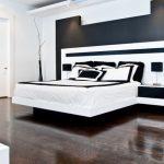 Платформа-кровать соединена с прикроватными тумбочками и спинкой