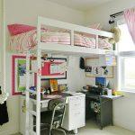 Простая кровать-чердак с рабочим столом экономит достаточно много места