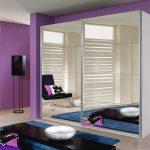 Зеркальный шкаф для фиолетовой комнаты