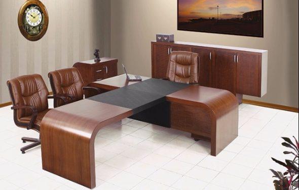 Полированный стол для офиса